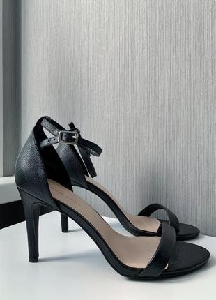 Классические чёрные босоножки new look на каблуке