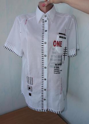 Красивая батистовая белая рубашка.