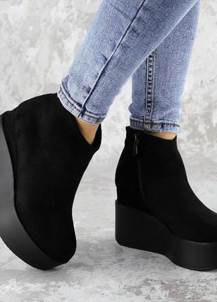 Зимние женские ботинки на танкетке, черные с эко-замши1 фото