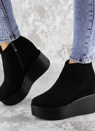 Зимние женские ботинки на танкетке, черные с эко-замши2 фото