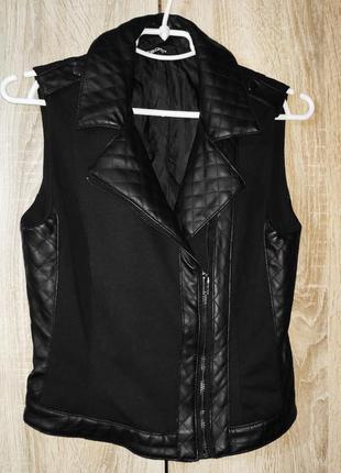 Черная текстильная женская жилетка, косая застежка со вставками из кожзама1 фото