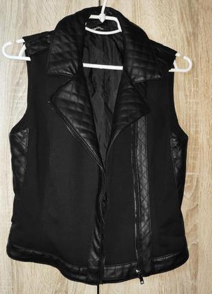 Черная текстильная женская жилетка, косая застежка со вставками из кожзама2 фото