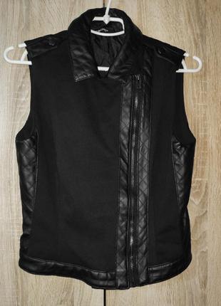 Черная текстильная женская жилетка, косая застежка со вставками из кожзама6 фото