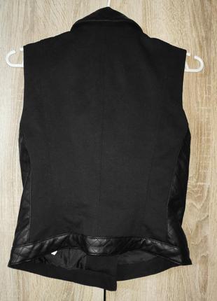 Черная текстильная женская жилетка, косая застежка со вставками из кожзама5 фото