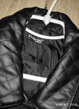 Черная текстильная женская жилетка, косая застежка со вставками из кожзама3 фото