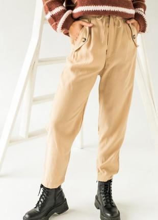 Аккуратные брюки имеют завышенную талию1 фото