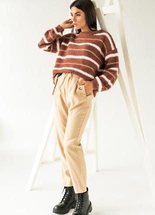 Аккуратные брюки имеют завышенную талию4 фото