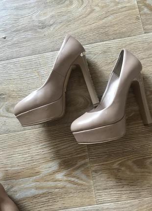 Туфлі на високом каблуку