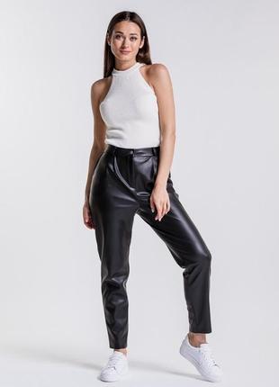 Женские брюки из кожзама черные1 фото