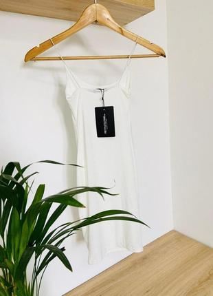 Белое двухслойное платье на тонких бретельках prettylittlething8 фото