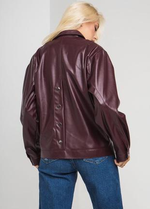 Осенняя кожаная куртка бордового цвета2 фото