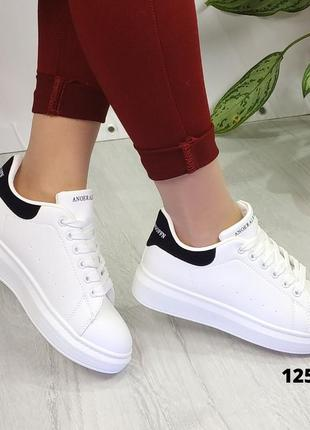 Белые кроссовки с чёрной пяткой на шнурках1 фото