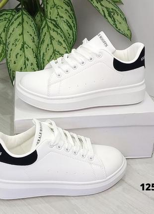 Белые кроссовки с чёрной пяткой на шнурках2 фото
