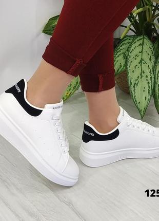 Белые кроссовки с чёрной пяткой на шнурках4 фото