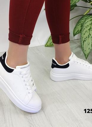 Белые кроссовки с чёрной пяткой на шнурках5 фото