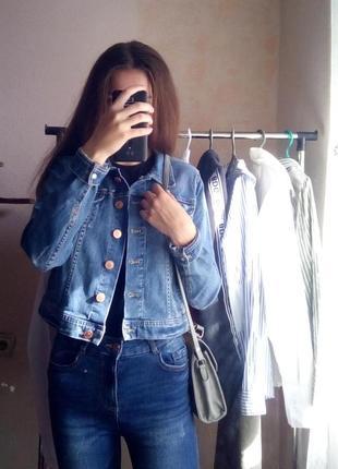 Трендовая короткая синяя джинсовка оверсайз