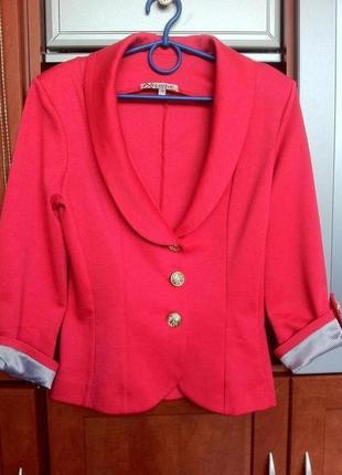 Яркий короткий пиджак