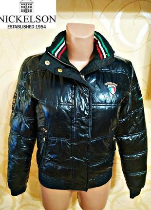 Nickelson крутая лаковая курточка с модными нашивками
