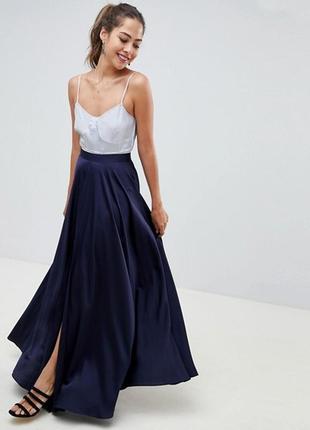 Длинная сатиновая юбка макси с разрезом спереди