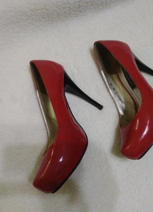 Красные лаковые туфли carvari