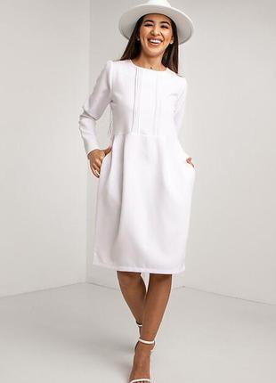 Ділове біле плаття з поясом