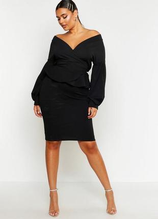 Boohoo чорна міді-сукня з баскою та поясом