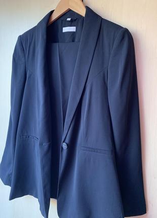 Стильный классический костюм темно синего цвета от бренда charles vogele