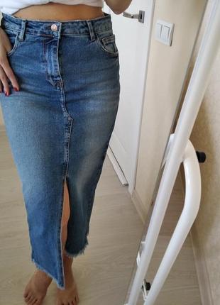 Шикарная модная джинсовая юбка миди с разрезом stradivarius р.28