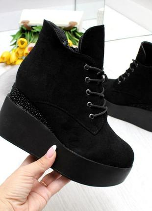 Элегантные черные женские зимние ботинки на танкетке платформе  код 7405