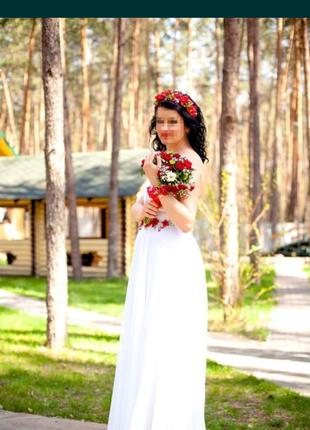 Свадебное  платье с вышивкой бисером по талии.надевалось один раз.