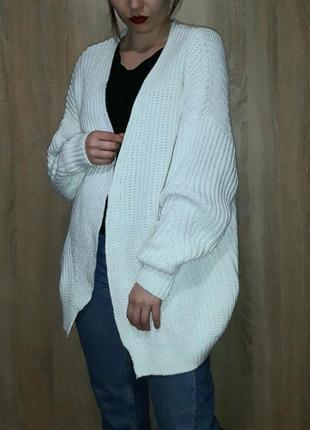 Объемный плотный свободный белый кардиган накидка оверсайз крупной вязки
