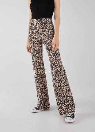 Крутые брюки клеш с леопардовым принтом высокая талия bershka