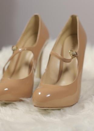 Нюдові лакові туфельки