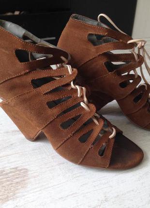 Замшевые босоножки на шнуровке