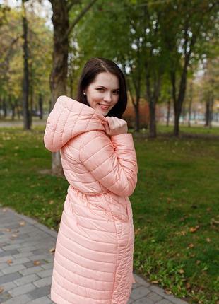 Стеганное пальто классического кроя с  оригинальным поясом