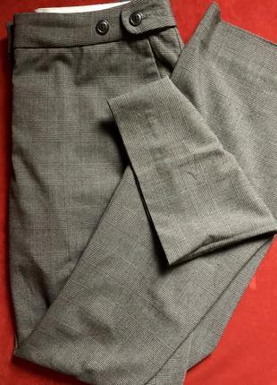 Расклешенные серые брюки в клетку. штаны на средней посадке, с карманами