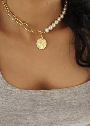 Ожерелье колье чокер цепочка золотистая с жемчугом с подвеской монета
