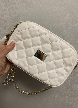 Белая сумочка с шипами