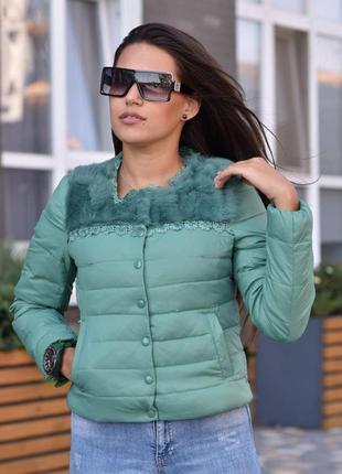 Женская куртка пуховик демисезон зеленая, наполнитель пух перо, мех натуральный