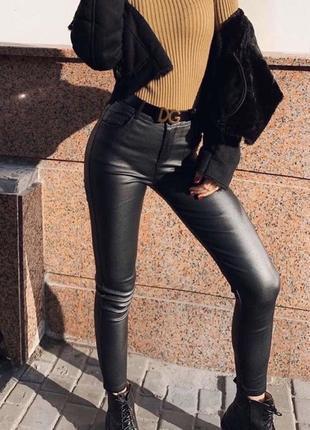Кожаные штаны с напылением на высокой посадке, чёрные кожаные скинни