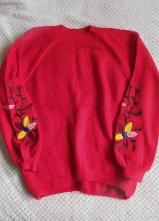 Яскравий червоний светр із вишивкою на рукавах