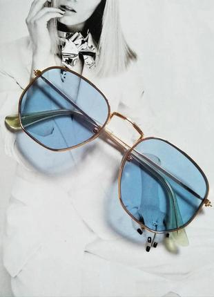 Солнцезащитные геометрические очки  с цветной линзой голубой в золоте