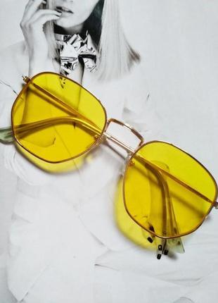 Солнцезащитные геометрические очки  с цветной линзой жёлтый в золоте