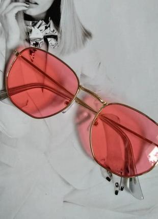 Солнцезащитные геометрические очки  с цветной линзой красный в золоте