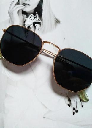 Солнцезащитные геометрические очки  с цветной линзой чёрный в золоте