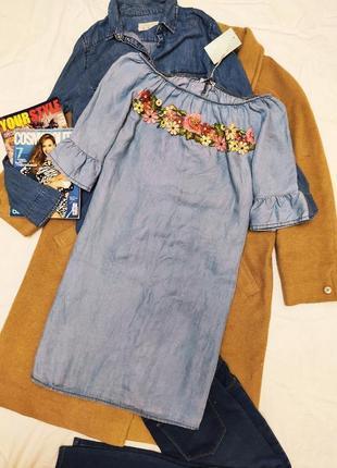 Bella unica платье голубое синее с имитацией вышивки прямое с открытыми плечами
