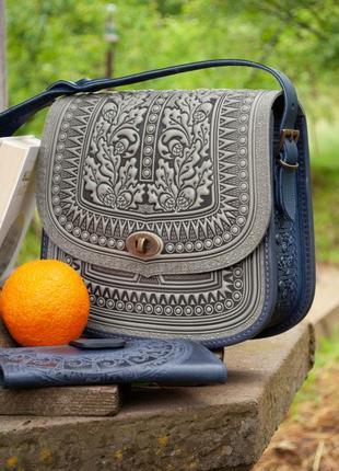 Большая кожаная сумка через плечо серая с синим с тиснением орнаментом этно бохо