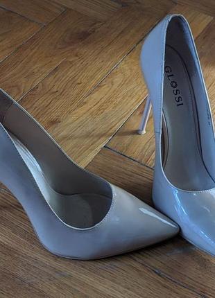 Базовые бежевые лаковые туфли с острым носком на среднем каблуке