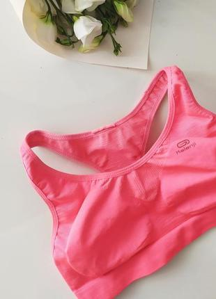 Ярко розовый топ для спорта для зала для фитнеса