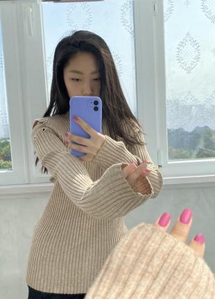 Гольф кофта свитер с открытыми рукавами вырезы на рукавах песочного цвета